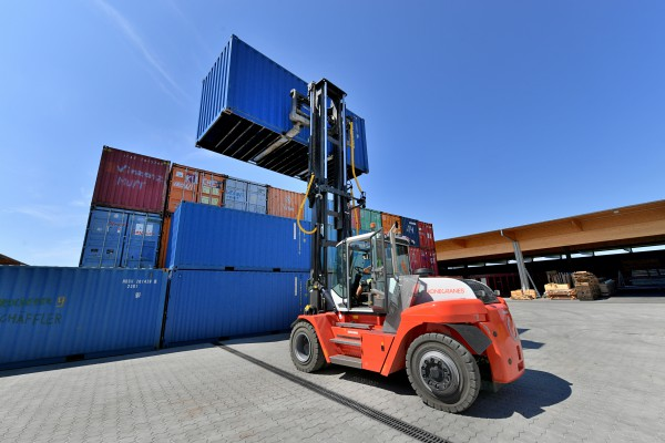 <p><strong>[Photo ]</strong> Compact power pack: The heavy-duty forklift, SMV 10-1200 C from Konecranes Lifttrucks, transports containers up to 10 tons for Pletschacher – and is 25 cm shorter than normal with its 3 m wheelbase.</p>