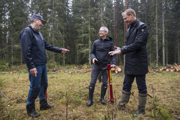 <p> Apple CEO Tim Cook tries his hand at the manual job of planting trees surrounded by Johan Granås, Sustainability Manager Iggesund Paperboard, andHenrik Sjölund, CEO of the Holmen Group. © Iggesund</p>