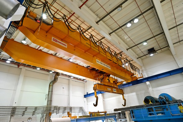 <p><strong>[Photo 7]</strong> Task distribution: Konecranes experts analyze the gear oil of eight of the eleven double-girder bridge cranes that are used in the large paper machinery hall and in the fully automated roll warehouse.</p>