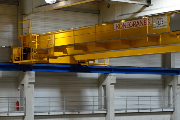 <p><strong>[Photo 5]</strong> A closer look: The cranes in the roll warehouse of the Palm paper factory are in use at all times. For this reason, one important element of the Konecranes CRS is inspecting the crane systems for signs of wear.<strong></strong></p>